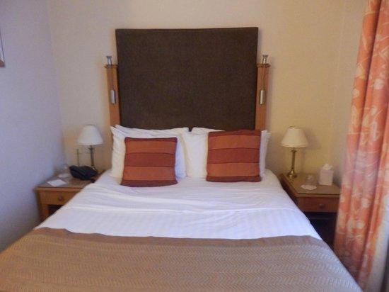 Queens Court: Bed