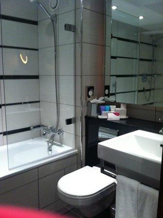 Crowne Plaza London Kensington: modern spacious bathroom