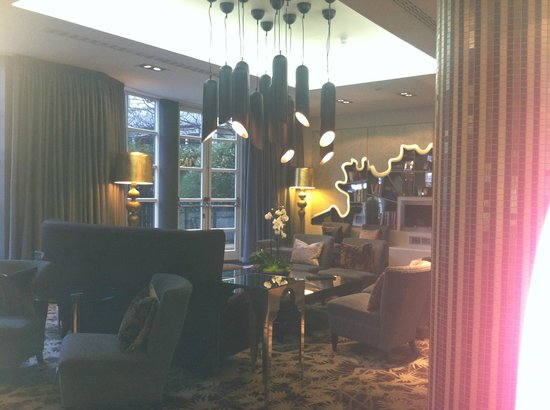 Crowne Plaza London Kensington: Library with view of landscaped pocket garden