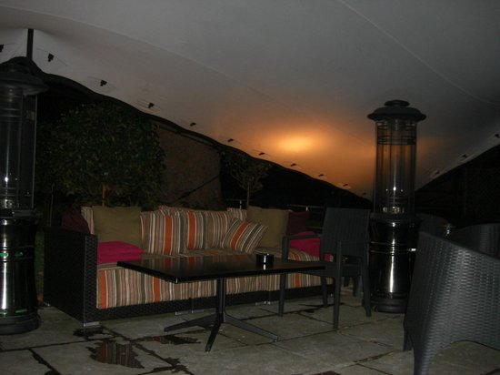 Crowne Plaza London Kensington: Tented seating area in the hotel garden