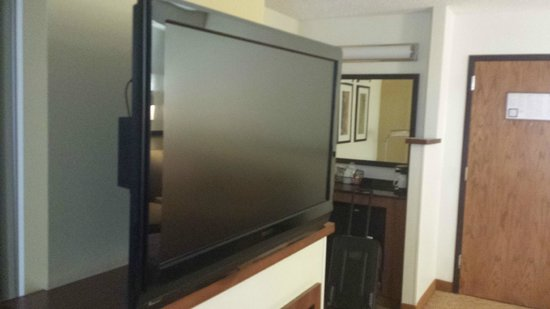 Hyatt Place San Antonio Airport/Quarry Market: Big TV between both rooms