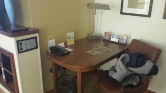 Hyatt Place San Antonio Airport/Quarry Market: Desk area (can't see tv though)