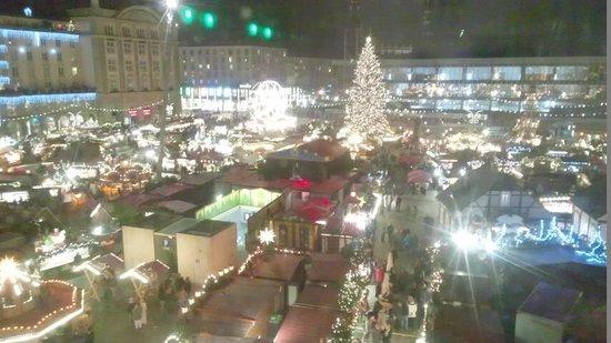 NH Collection Dresden Altmarkt: クリスマスマーケットが窓いっぱいに観られます。