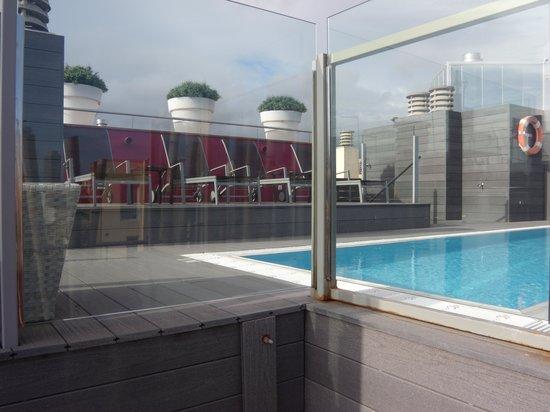 Catalonia Born: piscina hotel