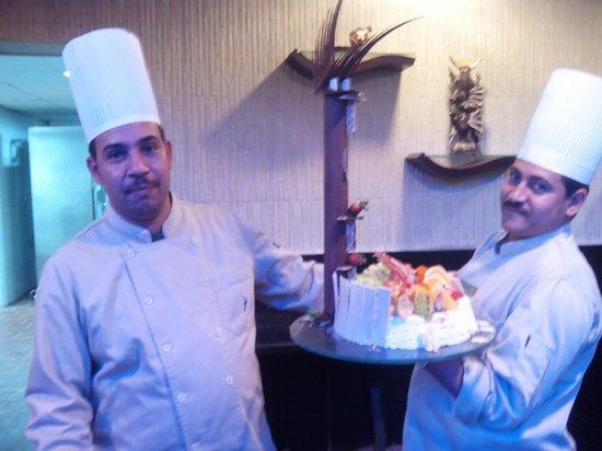 Aqua Vista: У кого-то из постояльцев сегодня день рождения. Повара несут торт.