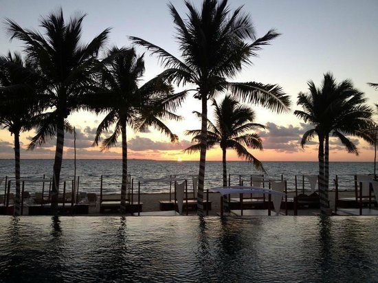 Villa del Palmar Cancun Beach Resort & Spa : Sunrise at the infinity pool.