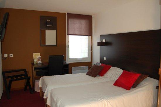 Logis Hôtel Le Grill : chambre a deux lits