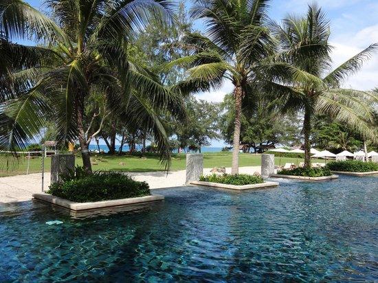 Anantara Mai Khao Phuket Villas: zwembad en strand