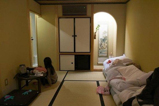 Kyomachiya Ryokan Sakura Honganji: Our small room with 3 futons stacked to the side