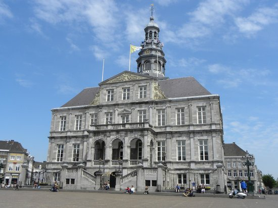 City Hall of Maastricht: Старинному городу - красивую ратушу
