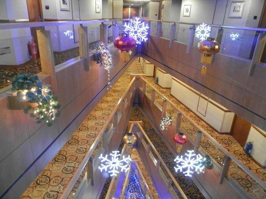 Metropark Hotel: Вид на холлы из лифта