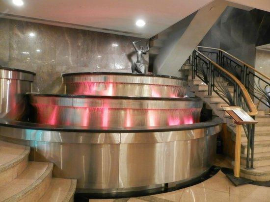 Metropark Hotel: Фонтан в фойе