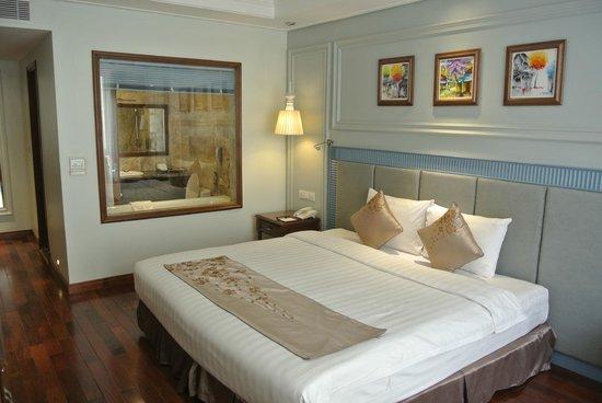 Hanoi Pearl Hotel: room with window to bathroom