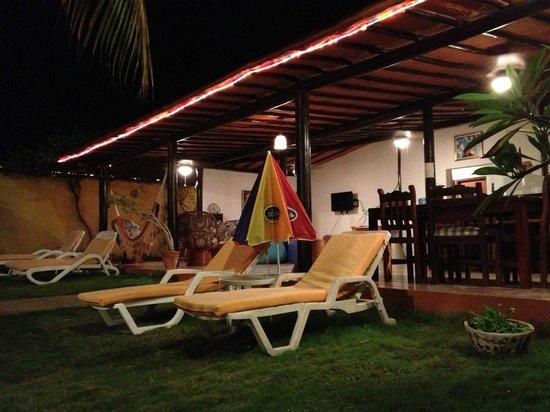 Posada Villa Del Sol: Area de la piscina y al fondo una de las casas.