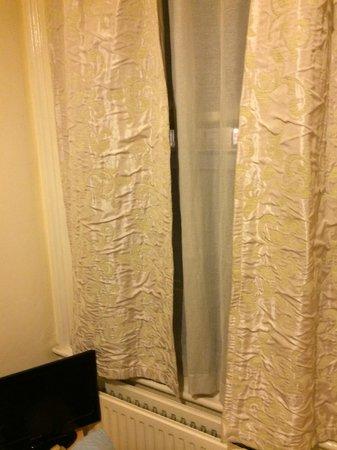 Saint Simeon : Curtains in Room 4