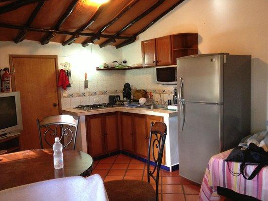 Posada Villa Del Sol: Cocina y una cama. Habitación 9