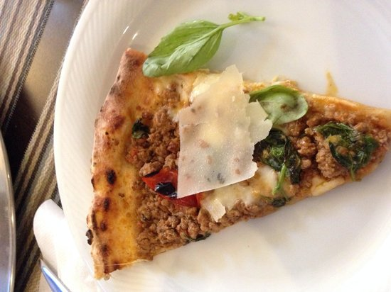 Gusto & Gusto: Dettaglio fetta di pizza al ragù!