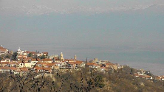 Signagi City Walls: Singagi met de Wijnvallei en de Kaukasus op de achtergrond
