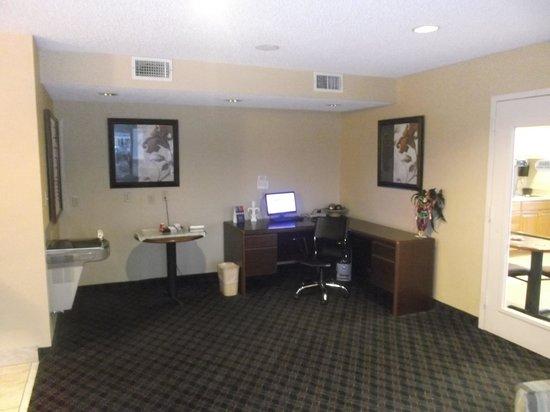 Super 8 Slidell : Lobby avec ordinateur - 18 janvier 2014.