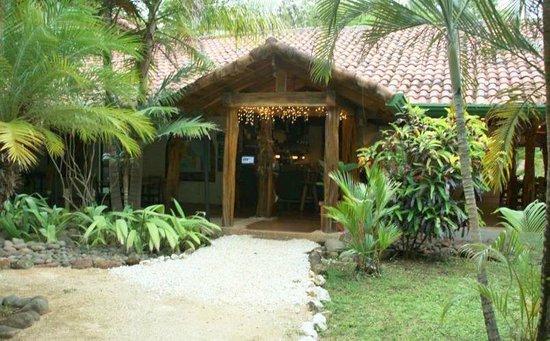 Gina´s Sports Bar & Lounge: Entrance