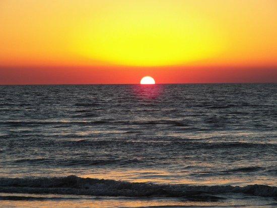 Gaido's Seaside Inn : Sunrise at the east end of the island