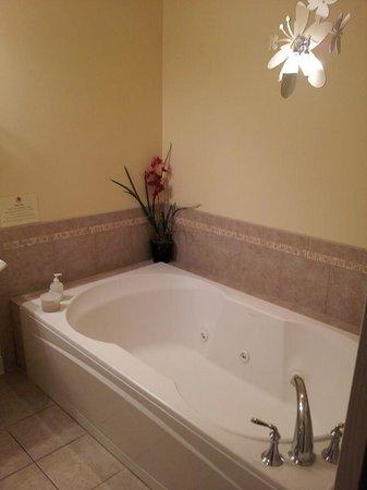 SevenOaks: Tub. They also provide bath salts for use.