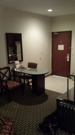 Hawthorn Suites by Wyndham DFW Airport North: Small desk in the kitchen area