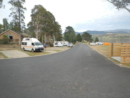 Jindabyne Holiday Park: Powered sites on left, tent sites on right