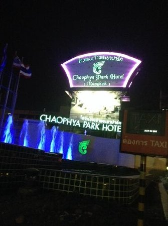 Chaophya Park Hotel: Entrance to hotel