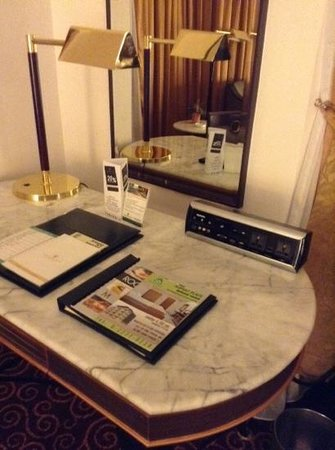 Chaophya Park Hotel: in room 906