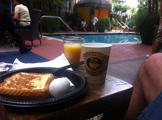Riviera Hotel & Suites South Beach: Café da manhã servido ao lado da piscina, muito bom!