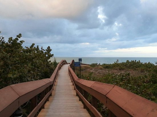 Hilton Marco Island Beach Resort: Boardwalk to the beach. There's even a shell washing station.