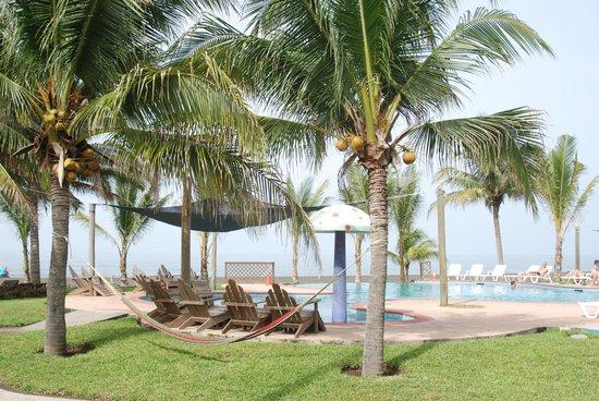 Utz Tzaba Beach Hotel : Swimmingpool with bar and jacuzzi's