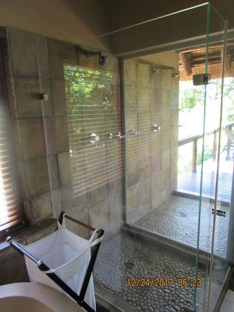 Elephant Plains Game Lodge: shower and you can see the outside shower