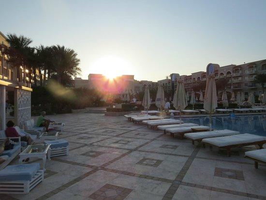 Sensimar Premier Le Reve: Sun Set by the pool bar