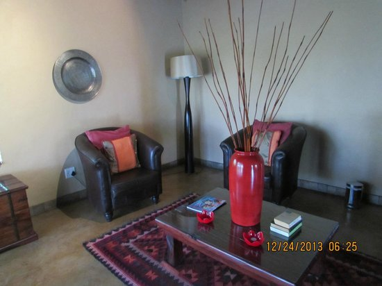 Elephant Plains Game Lodge: Sitting room area in the room
