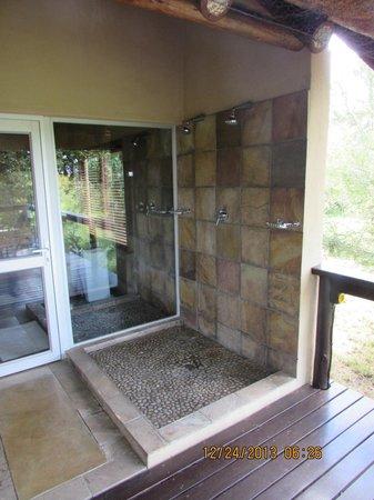 Elephant Plains Game Lodge: outside shower