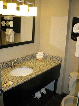 La Quinta Inn & Suites Springfield : Bathroom - LQ Springfield (Jan. 2014)