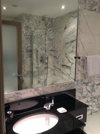 The Bloomsbury: Vue de la salle de bain (Standard room 1 double bed)