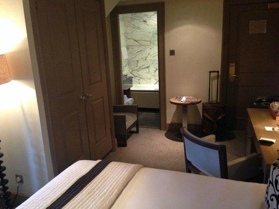 The Bloomsbury: Vue de la chambre côté bureau et salle de bain (Standard room 1 double bed)