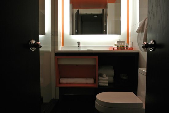 Courtyard By Marriott New York Manhattan/Central Park: Orange Themed  Bathroom