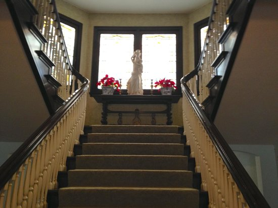 Portland's White House Inn: Grand Staircase