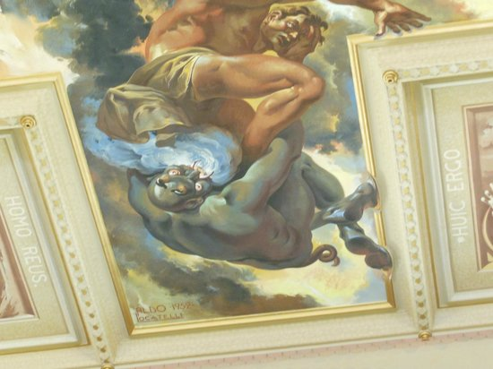 Sao Pellegrino Church: Detalhe para o pé do diabo