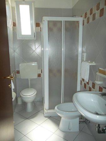 Hotel Rosmary: Bagno con box doccia