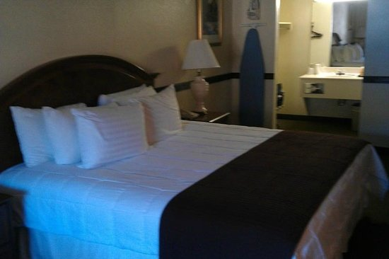 Cherokee Lodge : Nice bed...quite comfortable and clean.