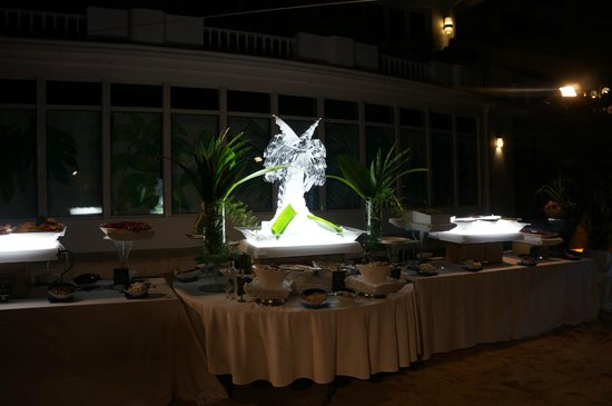 Couples Tower Isle: The buffet on the beach was amazing with the ice sculptures