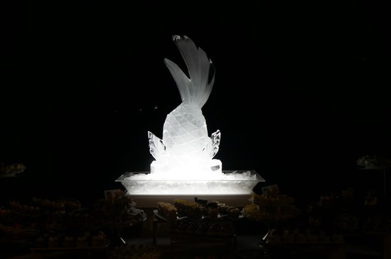 Couples Tower Isle: Ice sculptures on the buffet table