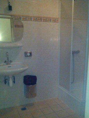 Hotel Manofa: Baño