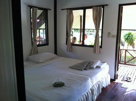 Longbay Resort: Immense lit pour le bungalow de première catégorie