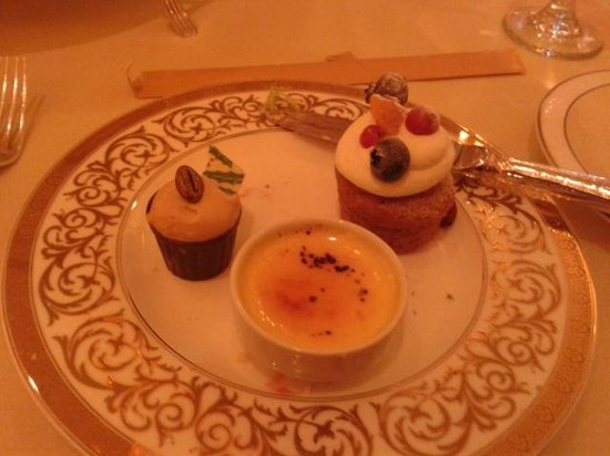 Le Cafe: cakes and creme brulee